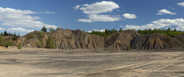 Árboles de la primavera en las colinas de la arena en la mina abandonada Imagenes de archivo