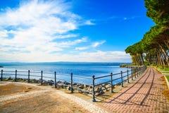 Árboles de la 'promenade' y de pino en el lago Bolsena, Italia. Fotos de archivo