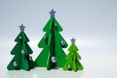 Árboles de navidad con las decoraciones de plata, minimalist Imagenes de archivo