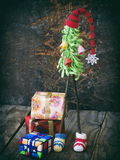 Árboles de navidad creativos del ganchillo con los regalos en fondo de madera Fondo de la tarjeta del Año Nuevo y de Navidad Copi Imagen de archivo libre de regalías