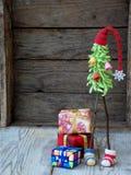 Árboles de navidad creativos del ganchillo con los regalos en fondo de madera Fondo de la tarjeta del Año Nuevo y de Navidad Copi Fotos de archivo libres de regalías