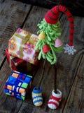 Árboles de navidad creativos del ganchillo con los regalos en fondo de madera Fondo de la tarjeta del Año Nuevo y de Navidad Copi Imagen de archivo