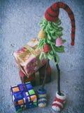 Árboles de navidad creativos del ganchillo con los regalos en fondo de madera Fondo de la tarjeta del Año Nuevo y de Navidad Copi Imagenes de archivo