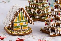 Árboles de navidad del pan de jengibre y casa de pan de jengibre Foto de archivo libre de regalías