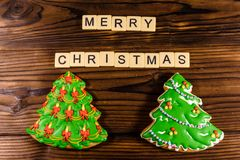 Árboles de navidad del pan de jengibre en la tabla de madera Visión superior Feliz Chr Foto de archivo libre de regalías