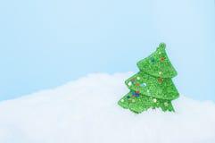 Árboles de navidad en el cielo del fondo de la nieve Fotos de archivo