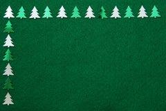Árboles de navidad en fondo del fieltro imagen de archivo