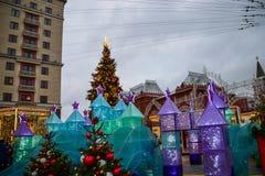 Árboles de navidad en las calles y los cuadrados de Moscú Imagenes de archivo