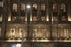Árboles de navidad, guirnaldas y decoraciones foto de archivo