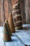 Árboles de navidad hechos a mano con los conos Imágenes de archivo libres de regalías