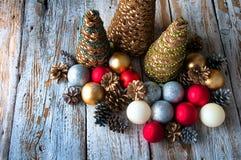 Árboles de navidad hechos a mano con los conos y las decoraciones de la Navidad Imágenes de archivo libres de regalías