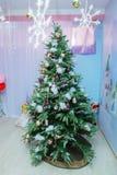 Árboles de navidad hermosos Ideas de moda para la decoración festiva Foto de archivo