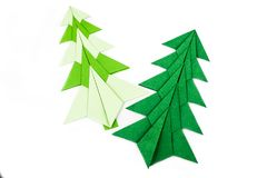 Árboles de navidad de la papiroflexia aislados en blanco Foto de archivo