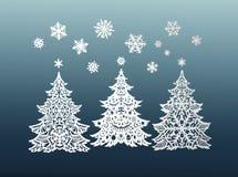 Árboles de navidad y copos de nieve de papel Foto de archivo