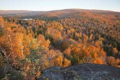 Árboles en color de la caída con las colinas y lago en Minnesota septentrional Imágenes de archivo libres de regalías