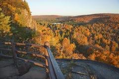 Árboles en el color, las colinas y el lago de la caída vistos de un overloo escénico Foto de archivo libre de regalías