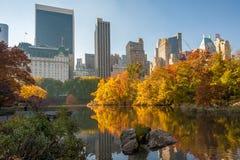 Árboles en el otoño que refleja en un lago en Central Park Imágenes de archivo libres de regalías