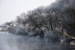 Árboles en escarcha y el río Imagen de archivo libre de regalías