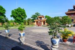 Árboles en la tonalidad imperial de la ciudad, Vietnam de los bonsais Jardín en la ciudad Prohibida de la tonalidad imágenes de archivo libres de regalías