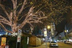 Árboles ornated iluminados en las calles de Munich Foto de archivo