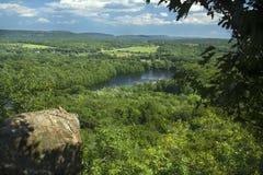 Árboles que enmarcan a Hart Ponds debajo de canto de la montaña desigual, Connecticut foto de archivo