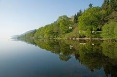 Árboles, reflexiones de Loch Lomond Fotos de archivo libres de regalías