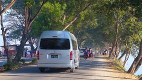 Árboles sombríos en el camino, Nyaungshwe, Myanmar metrajes