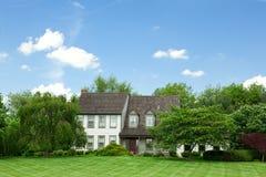 Árboles unifamiliares suburbanos Tudor del césped del hogar de la casa Imágenes de archivo libres de regalías
