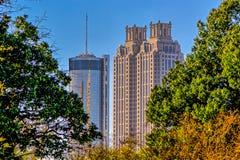 Árboles verdes medios de los edificios del paisaje urbano de Atlanta Fotos de archivo libres de regalías