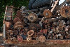 Árboles viejos aherrumbrados, recambios de coches imagen de archivo libre de regalías
