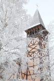 Árboles viejos de la torre y del invierno de iglesia, Stary Smokovec - Eslovaquia Imagenes de archivo