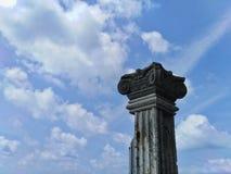 Árboles viejos del pilar con opiniones hermosas del cielo imagen de archivo libre de regalías