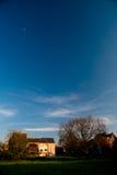 Árboles y cielos de las casas Imagenes de archivo