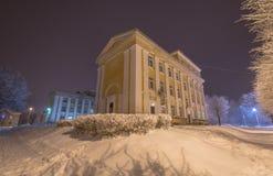 Árboles y edificios congelados Noche fría Imagenes de archivo