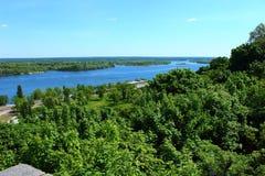 Árboles y el río Dnepr foto de archivo