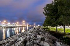 Árboles y piedras del río de la ciudad foto de archivo libre de regalías