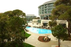 Árboles y piscina. Fotografía de archivo libre de regalías
