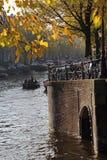 Árboles y puente del otoño en Amsterdam, Holanda Imágenes de archivo libres de regalías