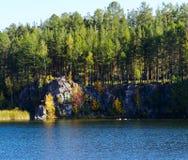 Árboles y rocas del otoño Foto de archivo