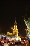 Árboles y torre de reloj iluminados de Riffa en el día nacional Imagenes de archivo