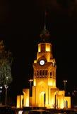 Árboles y torre de reloj iluminados de Riffa en el día nacional Fotos de archivo