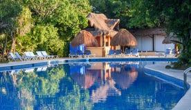 Área al aire libre de la piscina del centro turístico con Juice Bar sano Maya de Riviera, Cancun, México Fotografía de archivo libre de regalías