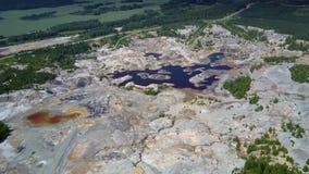 Área alta da pedreira da argila da vista geral com lagoa vídeos de arquivo