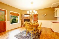 Área americana da sala de jantar do café da manhã da casa da exploração agrícola com chaminé do tijolo Foto de Stock