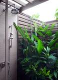 Área ao ar livre do chuveiro do recurso moderno imagens de stock royalty free