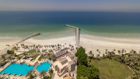 Área bonita da praia no timelapse de Ajman perto das águas de turquesa do golfo árabe imagem de stock