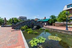 Área cênico em Carrol Creek Promenade em Frederick, Maryland fotos de stock royalty free