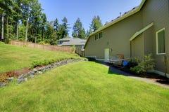 Área cercada espaçoso do quintal com ajardinar de pedra natural Fotos de Stock Royalty Free