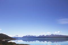 Área circundante profunda de Pukaki del lago del cielo azul Foto de archivo libre de regalías