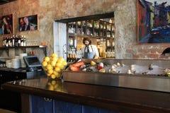 Área colorida da barra, com o barman que trabalha na cozinha, nos 77 velhos hotel e no depósito de velas, Nova Orleães, 2016 Imagem de Stock